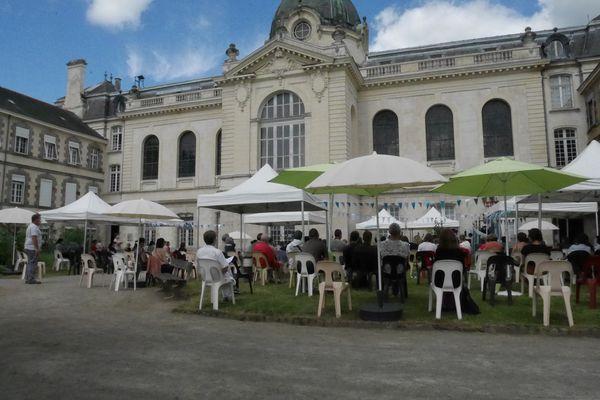 La cour d'honneur et la chapelle de l'hôpital Guillaume Régnier à Rennes.