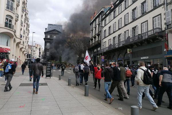 Un feu a été allumé par les manifestants devant la préfecture du Puy-de-Dôme.