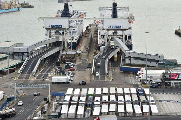 Le port de Douvres face à Calais.