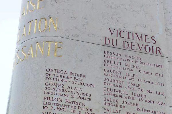 Un des rares monuments dédié aux policiers morts dans l'exercice de leurs missions se trouve à Lyon, au cimetière de Loyasse, dans le 5e arrondissement