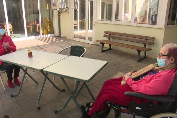 Même séparées par une table et dans l'impossibilité de se serrer dans les bras ou de s'embrasser, Josiane Lottero et sa maman Christine, 98 ans, étaient tout à leur bonheur de se revoir après cinq semaine de strict confinement dans les Ehpad.