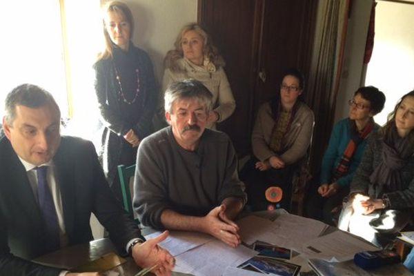 Au centre de la photo, le père de Renaud Meyssonnier emprisonné au Népal. A ses côtés Olivier Cigolotti sénateur de Haute-Loire apporte son soutien au niveau de l'ambassade du Népal à Paris.