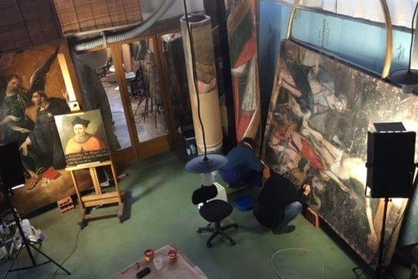 La restauration a commencé pour les tableaux de la faculté de médecine de Toulouse.
