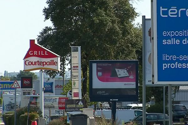 Grand Poitiers va durcir la réglementation en matières de panneaux publicitaires.