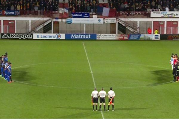 Une minute de silence a été observée au début du match Quevilly-Lens, pour le 7 e tour de la Coupe de France. Le match avait été reporté en raison des attentats de Paris.