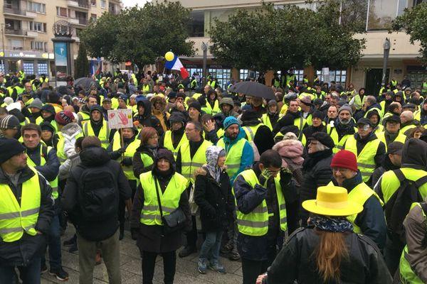 En février, les Gilets jaunes se mobilisaient place du théâtre, à Caen. Depuis le 6 avril, l'accès au centre-ville leur est interdit.