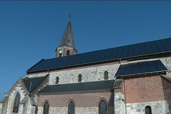 Le toit de l'église de Renneville, dans les Ardennes, est entièrement recouvert de panneaux photovoltaïques.
