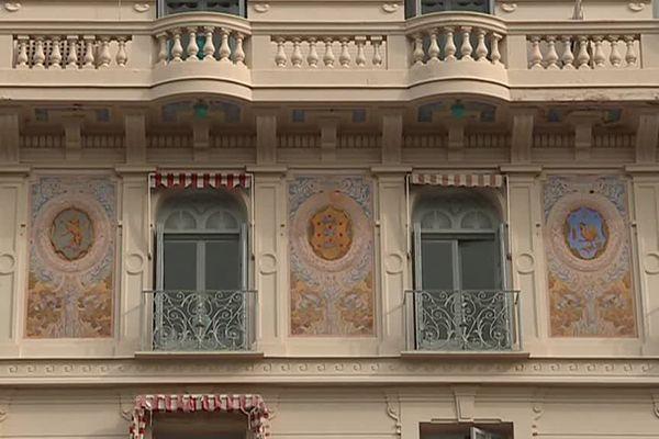 Les armoiries représentant les principaux pays des clients de l'hôtel Riviera de Menton