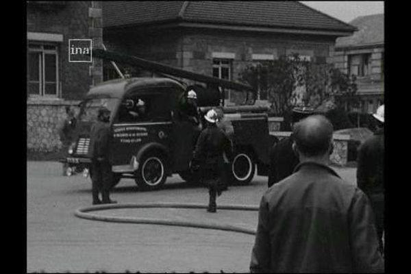 Pompiers de Chartres en intervention sur l'incendie de l'hôpital en février 1976