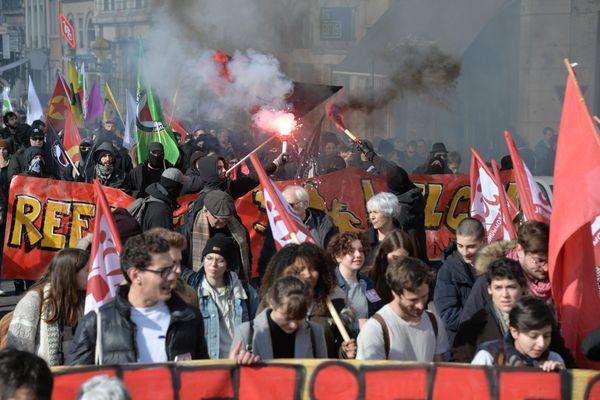 Des manifestations dénoncent régulièrement la montée de l'extrême droite à Lyon. Cette fois, les manifestants réclamaient aussi la fermeture de plusieurs locaux du Vieux Lyon, connus pour être occupés par des associations ou organisations extrémistes.
