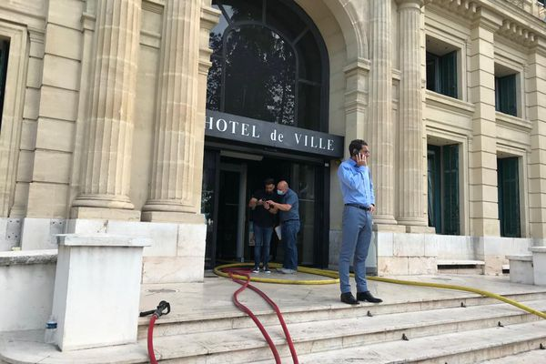 Le 17 juin dernier, un incendie s'est déclaré dans la mairie de Cannes obligeant le maire à changer de bureau depuis.