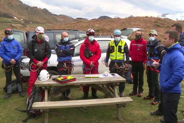 Les secouristes s'apprêtent à rejoindre la zone de recherche à bord de l'hélicoptère du PGHM