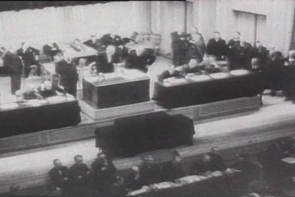 En juillet 1940, 80 députés et sénateurs français refusent de signer les pleins pouvoirs à Pétain
