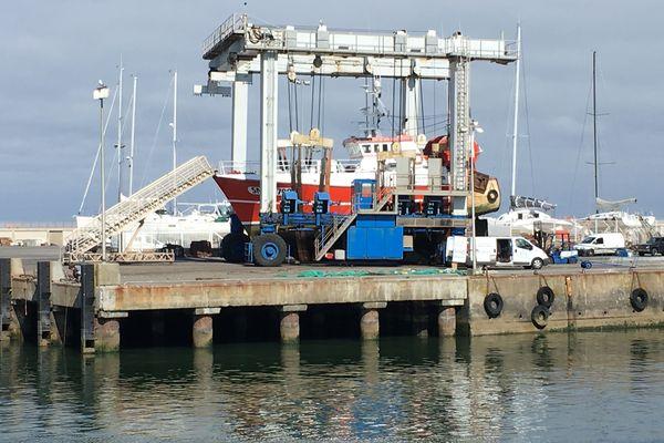 Chalutier en maintenance au chantier naval au port de la Turballe