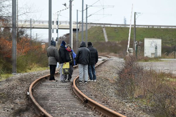 Un groupe de migrants à Loon-Plage, fin janvier.
