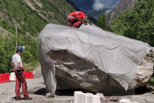 Un énorme rocher s'est détaché de la montagne à Saint-Christophe-en-Oisans, barrant la route départementale 530.
