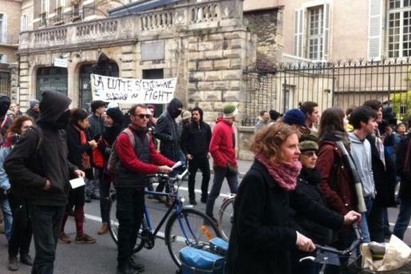 2 à 300 personnes défilent dans les rues de Dijon pour s'opposer à l'éco-quartier des Lentillères.
