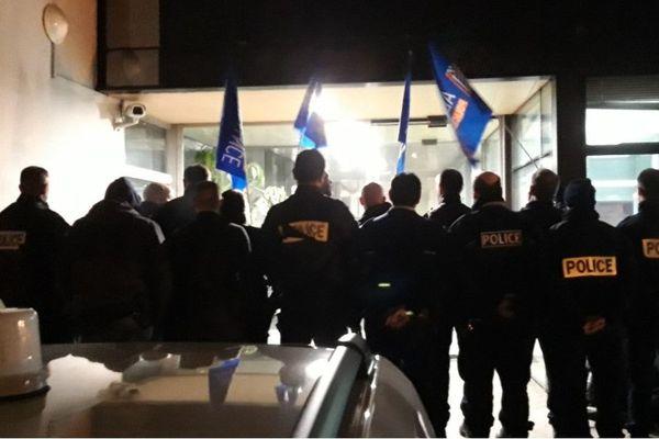 Les policiers rassemblés hier soir à l'hôtel de police.