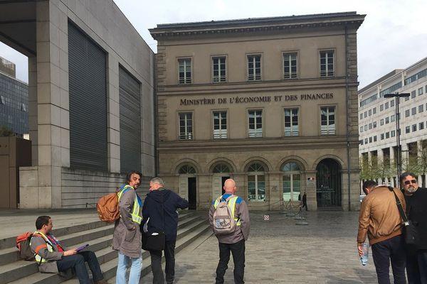Les syndicalistes F.O et C.G.T de GM&S La Souterraine avant leur entrée au ministère de l'Industrie à Paris