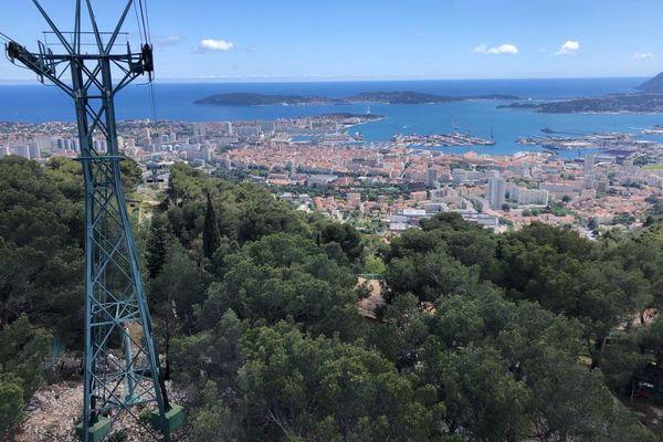 Le téléphérique de Toulon permet de rejoindre en 6 minutes le sommet du Mont Faron à 584 mètres d'altitude.