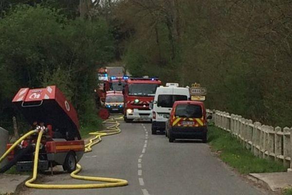 Le dispositif des pompiers à proximité de la maison incendiée.