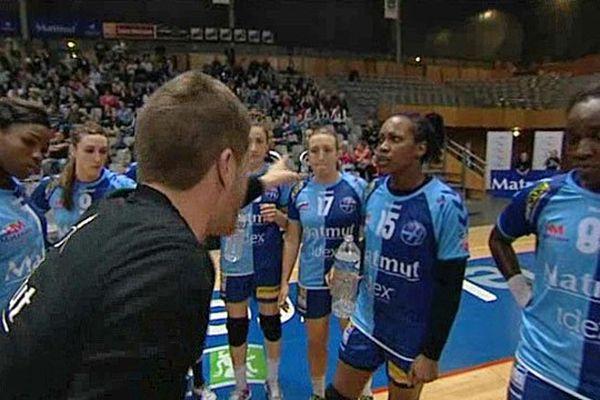 Aurélien Duraffourg entouré de ses joueuses