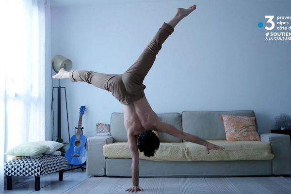Le circassien Joris Frigerio s'entraînant chez lui à l'équilibre sur une main.
