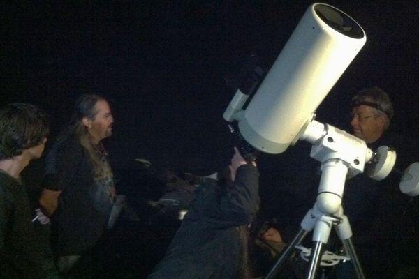 Les membres de la Société Astronomique de Bourgogne, en pleine observation du phénomène, sur le plateau de Corcelles-lès-Monts (Côte-d'Or)