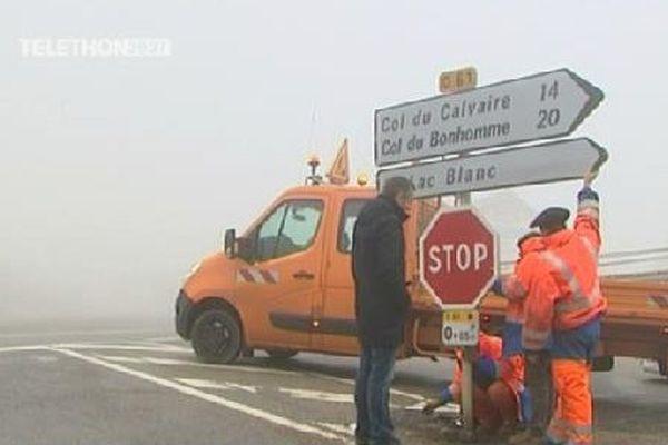 Les équipes du Conseil Général des Vosges s'occupent de la signalisation.