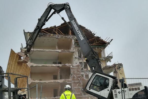Construits dans les années 60, deux immeubles de logements sociaux à moitié inoccupés sont détruits.