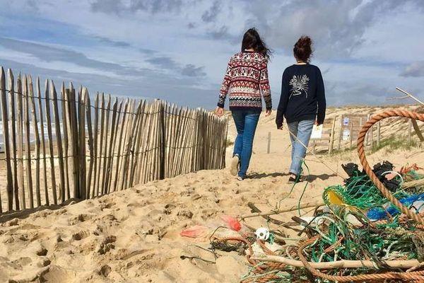 Des milliers de déchets arrivent régulièrement sur les plages de Lacanau charriés par les grandes marées