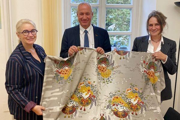 L'étoffe de Noël 2021 présentée par la maire de Mulhouse, Michèle Lutz et la styliste Marie-Jo Gebel.