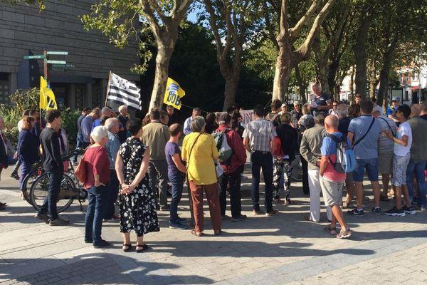 Une petite centaine de personnes présentes devant la mairie de Lorient - 19/08/2019
