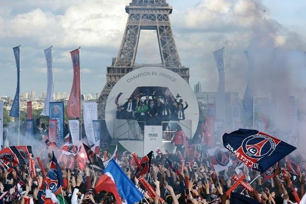 """Les joueurs du Paris Saint-Germain ne sont restés que quelques minutes sur le parvis du Trocadéro, le temps de brandir le trophée devant des milliers de supporters """"pour la photo"""", avant que la fête ne soit interrompue par des ultras."""
