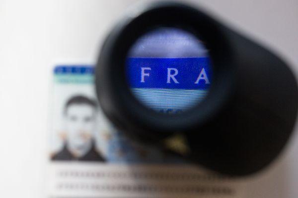 Illustration de contrôle, dans la lutte contre la fraude de documents, et usage de faux papiers.