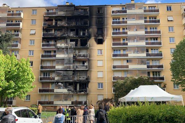 Spectaculaire incendie à Sainte-Foy-lès-Lyon : 11 blessés légers. Ce vendredi matin (7 mai 2021), la façade de l'immeuble du boulevard des provines porte les traces du sinistre