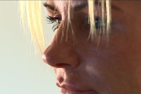 Aline Peugeot a eu plusieurs vies. Désormais conférencière, elle a connu l'alcoolisme et la prostitution.