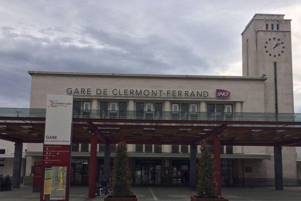 Des manifestants se sont rassemblés sur la voie ferrée à la gare SNCF de Clermont-Ferrand, bloquant un train en direction de Paris. (Photo d'illustration)