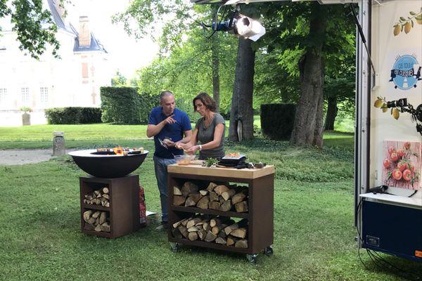 Sophie Menut en compagnie d'Alexandre Hurson pour la préparation de recettes à la plancha.