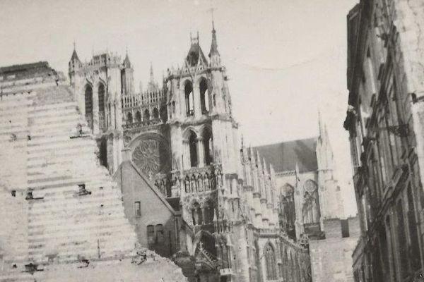 La cathédrale d'Amiens, intacte au milieu des ruines. Photo prise rue Henri IV.