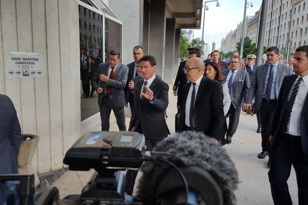 Arrivée de Manuel Valls et Jean-Yves Le Drian à Marseille pour le comité interministériel.