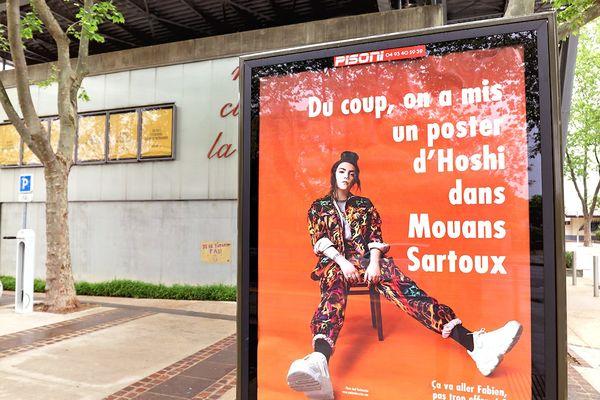 Pour lutter contre les discriminations, la commune de Mouans-Sartoux (Alpes-Maritimes) a affiché un poster de la chanteuse Hoshi, violemment attaquée sur son physique par Fabien Lecoeuvre, un chroniqueur musical.