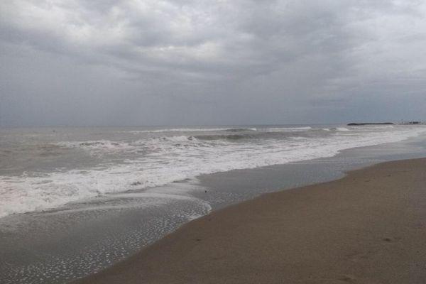 La plage de Valras plage, ce matin. Même si elle a baissé d'intensité, la houle reste dangereuse ce jeudi 16 septembre.