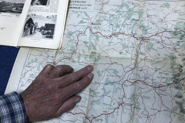 Avec sa collection de cartes routières, Marc Francon a l'impression de voyager.