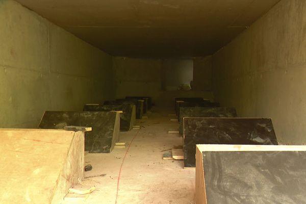 Les eaux pluviales arriveront par cette évacuation souterraine jusque dans la Brague. Sa vitesse sera freinée par ces obstacles en forme de pupitre fixés au sol.