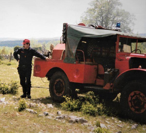 Sur cette photo d'époque, Jean-Claude Fel pose à côté d'un véhicule d'intervention. En quasiment un demi-siècle, il a vu le matériel et les véhicules évoluer grandement.