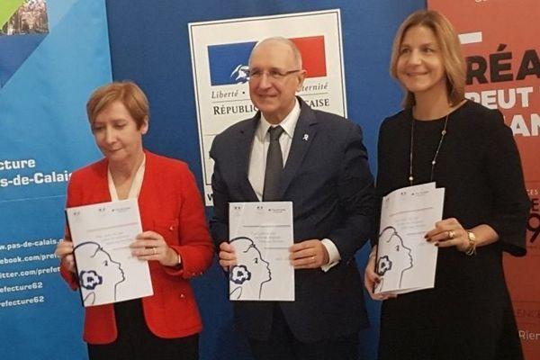 Marie-Suzanne LE QUEAU, Procureure Générale près la Cour d'Appel de Douai, Fabien SUDRY, préfet du Pas-de-Calais et Caroline MATRAT, conseillère départementale, ont présenté et signé le Plan cadre de lutte contre les violences faites aux femmes 2019-2022.