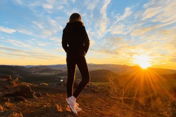 Emeline Moncharmont lors d'une escapade au coucher de soleil au sommet du puy de la Vache dans le Puy-de-Dôme.