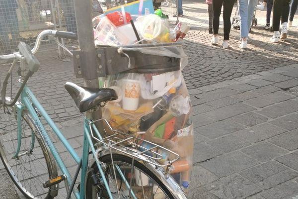 Une poubelle de Grenoble, lors d'un week-end de 2021.