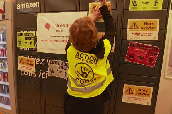 """Un affichage sur une consigne """"Amazon"""" revendiqué par des militants ANV COP21"""